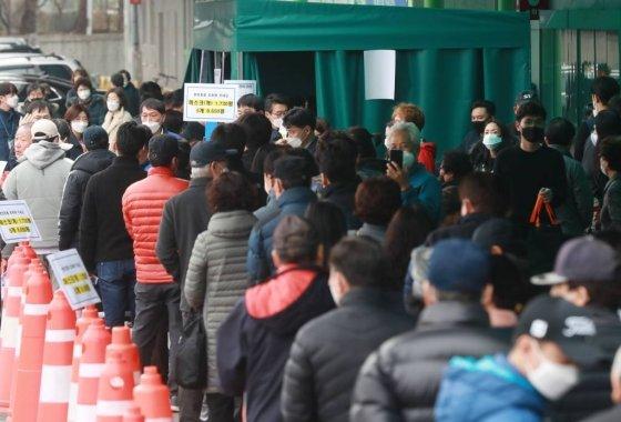 서울·경기지역 농협 하나로마트에서 마스크 판매가 시작된 지난 1일 오후 서울 하나로마트 양재점에 마스크를 구매하러 온 시민들이 줄지어 서 있다./사진= 이동훈 기자