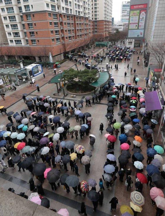 코로나19 확산이 지속되고 있는 지난달 28일 서울 양천구 목동 행복한 백화점 입구에서 시민들이 마스크를 구매하기 위해 길게 줄지어 서 있다./사진= 김창현 기자