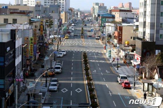 (청도=뉴스1) 정우용 기자 = 청도군의 대부분 상가들이 휴업에 들어간 가운데 23일 청도군청앞 도로가 텅 비어 있어 유령도시를 방불케하고 있다.2020.2.23/뉴스1