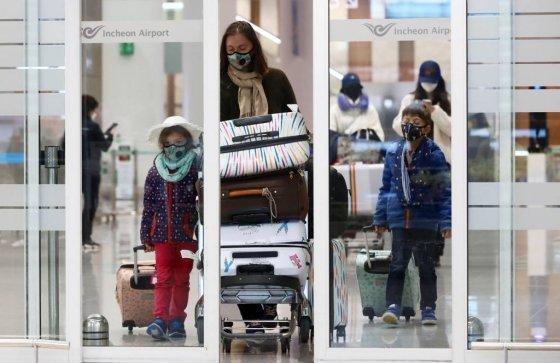 16일 인천국제공항 제2여객터미널에서 파리발 여객기를 타고 도착한 외국인 승객들이 입국장을 나서고 있다. /사진=뉴시스