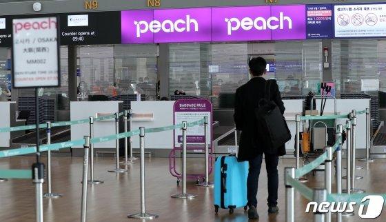 (인천공항=뉴스1) 박지혜 기자 = 6일 오전 인천국제공항 1터미널 일본 저비용항공사 피치항공 카운터에서 오사카로 향하는 승객이 출국 수속을 하고 있다.일본 정부는 지난 5일 코로나 바이러스 감염증(코로나19) 확산을 막기 위해 한국과 중국에서 오는 입국자에 대해 9일부터 3월 말까지 2주간 격리 조치를 취한다고 발표했다. 한국·중국인에게 발급한 기존 비자의 효력도 정지했다. 무비자 입국을 중단하는 한편 신규 비자도 매우 제한적으로 발급하기로 했다. 한국인 입국을 사실상 금지한 것이다. 이에 대해 정부는 곧바로 일본인 입국자에 대한 격리 등 맞대응 조치를 검토키로 했다. 2020.3.6/뉴스1