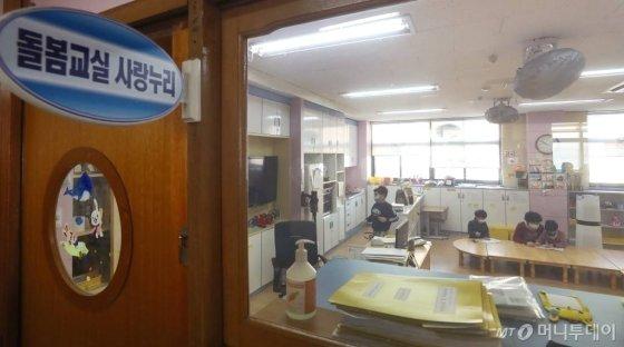 '코로나19' 확산으로 개학이 일주일 미뤄지며 긴급 돌봄교실 운영이 시작된 2일 오전 경기 고양시의 한 초등학교에서 아이들이 독서를 하고 있다. / 사진=고양(경기)=김휘선 기자 hwijpg@