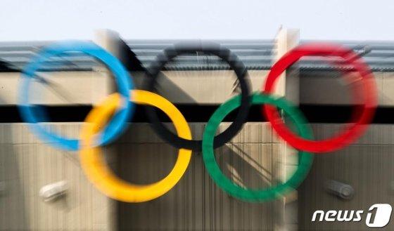 (서울=뉴스1) 성동훈 기자 = 아베 신조 일본 총리가 도쿄 하계올림픽·패럴림픽의 연기 가능성을 암시한 17일 오후 서울 송파구 올림픽주경기장에 걸린 오륜기 모습.   니혼게이자이신문(닛케이)에 따르면 이날 아베 총리는 올림픽 개최와 관련한 기자들의 질문에 구체적 개최 시기는 언급하지 않은 채 완전한 형태로 치를 것이라는 점을 강조했다. 한편 드니 마세글리아 프랑스 올림픽위원회(CNOSF) 위원장은 오는 5월이 2020 도쿄올림픽 정상 개최 여부에 중대한 고비가 될 것이라고 밝혔다. 2020.3.17/뉴스1