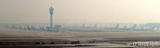 코로나19 여파에 한국인의 입국을 제한 또는 금지하는 국가들로 인해 국제선 항공편 운항이 잇따라 중단되고 있는 가운데 9일 오전 인천국제공항 주기장에 항공기들이 멈춰 서 있다. / 사진=이기범 기자 leekb@