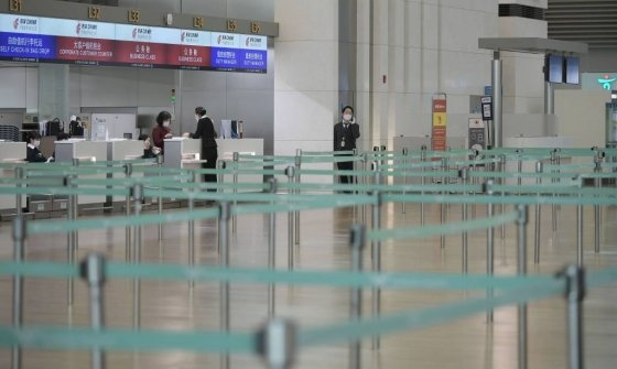 코로나19 확진자가 날로 증가하는 24일 인천국제공항 1터미널  출국장의 중국항공사 카운터가 한산한 모습을 보이고 있다. / 사진=인천국제공항=이기범 기자 leekb@