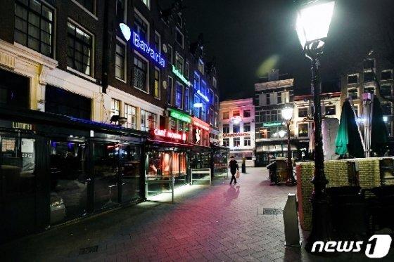 네덜란드 암스테르담의 한 번화가. 술집과 식당들이 대부분 문을 닫았다. © 로이터=뉴스1