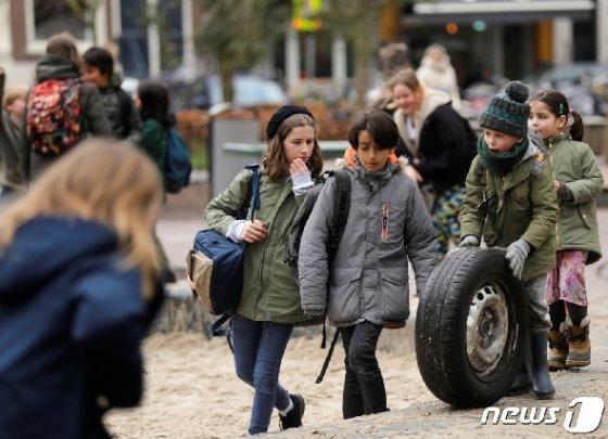 등교하는 네덜란드 학생들 © 로이터=뉴스1