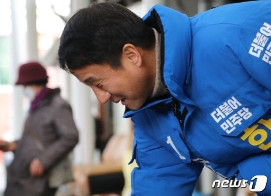 전북 익산을에 출마한 한병도 더불어민주당 예비후보가 유권자에게 인사를 하고 있다.(한병도 예비후보 선거사무소 제공) /뉴스1 © News1 김춘상 기자