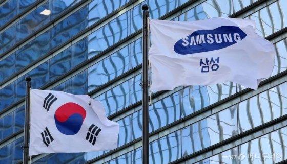 서울 삼성전자 서초사옥 깃발이 바람에 펄럭이고 있다./사진=김창현 기자