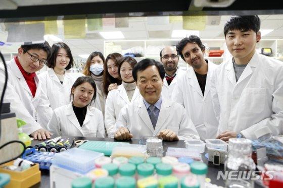 포항=뉴시스] 강진구 기자 = 포스텍(총장 김무환)은 생명과학과 장승기 교수, 권준영 박사, 나라얀(Narayan)박사 연구팀이 ㈜압타머사이언스와 함께 '분자집게(molecular capture)'의 일종인 압타머(핵산물질)를 이용해 15분 만에 바이러스 감염 여부를 판별할 수 있는 신속 진단법을 개발했다고 19일 밝혔다.사진은 장승기 교수 실험실.(사진=포스텍 제공) 2020.03.19.  photo@newsis.com
