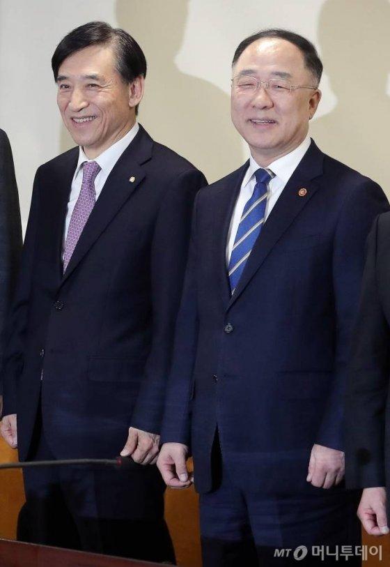 홍남기 부총리 겸 기획재정부 장관(오른쪽)과 이주열 한국은행 총재. /사진=김창현 기자 chmt@