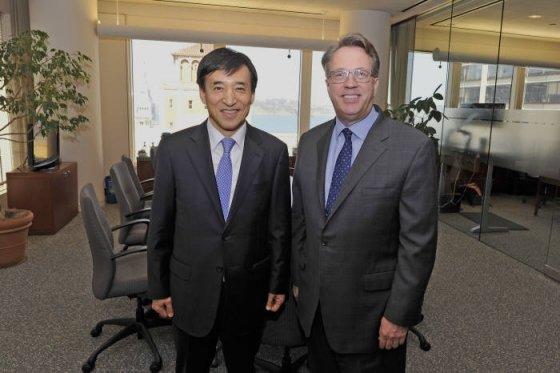 이주열 한국은행 총재(왼쪽)와 존 윌리엄스 연준 총재가 지난 2018년 23일(현지시간) 미국 샌프란치스코 연준 본부에서 회동을 하고 기념촬영하고 있다. /사진=한국은행