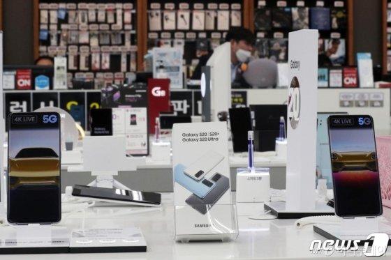 (서울=뉴스1) 황기선 기자 = 신종 코로나바이러스 감염증(코로나19) 확진자가 급증하면서 스마트폰 시장이 침체 위기에 빠졌다.   사진은 이날 서울 시내 전자제품 매장에 스마트폰이 진열되어 있는 모습. 2020.2.23/뉴스1