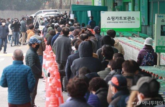 서울·경기지역 농협 하나로마트에서 마스크 판매가 시작된 1일 오후 서울 하나로마트 양재점에 마스크를 구매하러 온 시민들이 줄지어 서 있다. / 사진=이동훈 기자 photoguy@