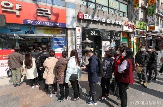 한 주에 1인 2장으로 제한되는 '마스크 5부제' 시행 하루 전날인 8일 서울 종로구의 한 약국에서 시민들이 마스크 구매를 위해 줄을 서 있다. / 사진=김휘선 기자 hwijpg@