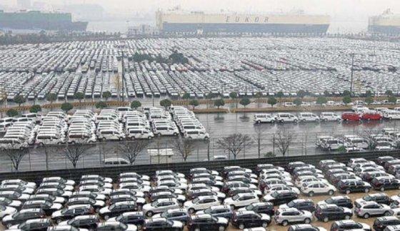 2008년 12월 당시 현대차 울산공장 야적장에 수출주문 감소로 출고가 지연된 차량들이 보관돼 있다./사진=머니투데이DB