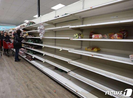 (메릭 AFP=뉴스1) 우동명 기자 = 17일 (현지시간) 코로나19 확산의 영향으로 뉴욕주 메릭의 슈퍼마켓 빵 진열대가 텅 빈 모습이 보인다.  ⓒ AFP=뉴스1  <저작권자 ⓒ 뉴스1코리아, 무단전재 및 재배포 금지>