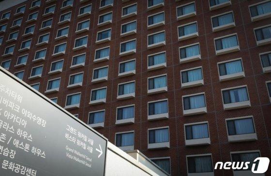 그랜드 워커힐 서울이 지난 23일부터 코로나19 여파로 고객 수가 급감하자 한 달 동안 휴업하기로 결정했다. 사진은 불 꺼진 호텔 객실의 모습. /사진=뉴스1