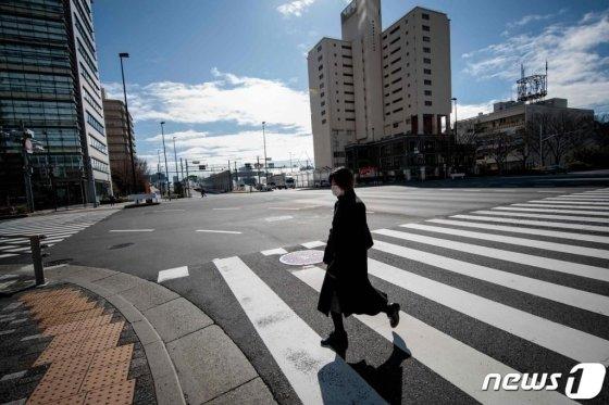 29일 (현지시간) 도쿄의 거리에서 '우한 폐렴(코로나19)' 을 막기위해 마스크를 쓴 여성이 걸어가고 있다.   /사진 = 뉴스1