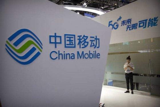 【베이징=AP/뉴시스】중국 최대 이통통신 업체인 차이나모바일(中國移動)은 2025년 전 세계  5세대(5G) 서비스 이용자는 16억명에 달하고, 중국 5G 사용자는 그 3분1을 차지할 것이라고 밝혔다. 지난달 31일 베이징의 한 박람회장에서 한 여성이 차이나모바일 로고 앞에서 스마트폰을 보고 있다.  2019.11.04