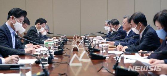 [서울=뉴시스]박영태 기자 = 문재인 대통령이 19일 청와대에서 열린 제1차 비상경제회의를 주재하고 있다. 2020.03.19.   since1999@newsis.com