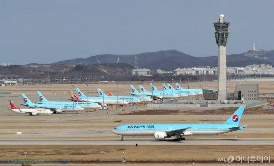 지난달 16일 인천국제공항 주기장에 갈 곳 없는 국내 항공사 항공기들이 주기돼 있다. / 사진=이기범 기자 leekb@