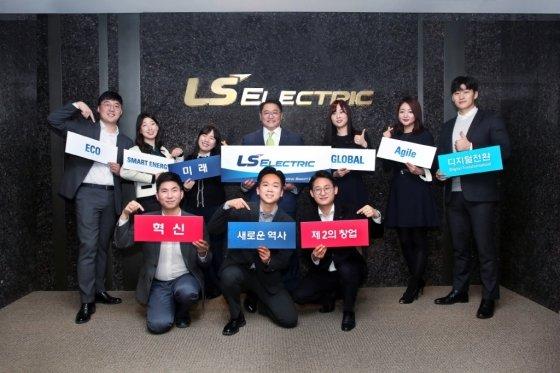 LS산전이 LS ELECTRIC으로 사명을 변경하고 글로벌 시장 본격 공략에 나선다. 사진은 구자균 LS산전 회장(뒷줄 왼쪽 네번째)과 임직원들이 LS ELECTRIC 사명 변경을 축하 하며 기념촬영을 하고 있는 모습 /사진제공=LS ELECTRIC