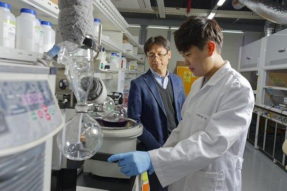 김봉수 교수(좌측)/사진=UNIST
