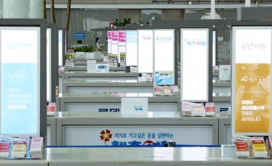 코로나19 확산세가 계속된 지난 3일 인천국제공항 제2터미널 여행사 카운터가 한산한 모습을 보이고 있다. /사진=뉴시스