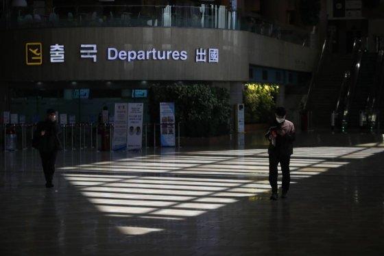 코로나19에 따른 입국제한 여파로 지난 16일 오전 서울 강서구 김포국제공항 국제선 청사가 한산한 모습을 보이고 있다. /사진=뉴시스