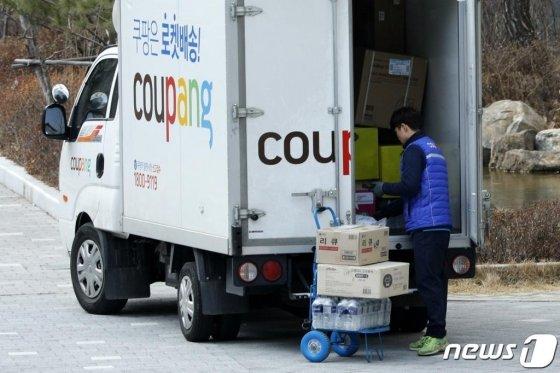 (서울=뉴스1) 안은나 기자 = 신종 코로나 바이러스 감염증으로 인해 택배 물량이 늘어나고 있는 지난달 4일 서울 시내 아파트단지에서 택배기사가 분주히 움직이고 있다. 2020.2.4/뉴스1