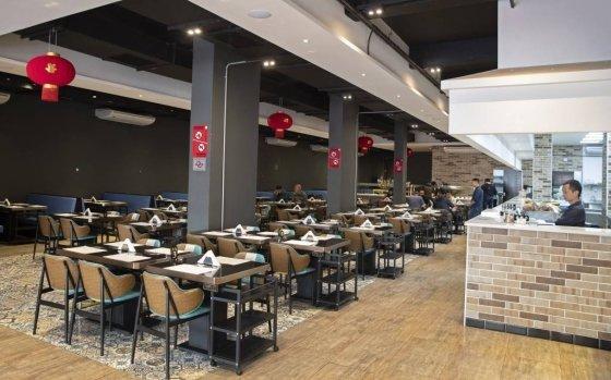 [상파울루=AP/뉴시스]27일(현지시간) 브라질 상파울루 리베르다지 인근 아시아인 거주 구역 한 중국 음식점이 점심 시간인데도 거의 비어 있다. 브라질 보건부는 27일 기준 코로나19 의심 환자가 전날 20명에서 132명으로 크게 늘었다고 밝혔다. 2020.02.28.