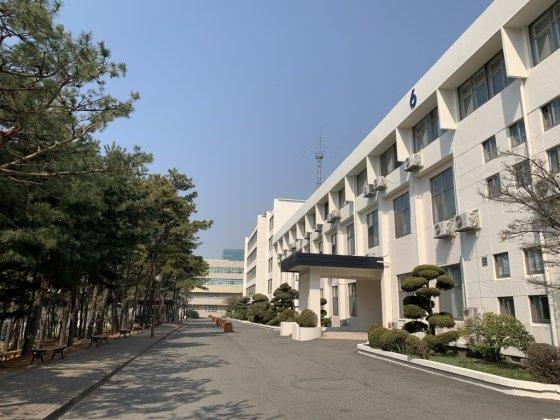 텔레그램 '박사' 조주빈이 재학 시절 다녔던 인천의 한 전문대학 모습. 사진에 보이는 6호 건물에는 조주빈이 소속된 정보통신과 학과 사무실이 위치해있다./사진= 임찬영 기자