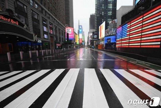 (뉴욕 AFP=뉴스1) 우동명 기자 = 23일(현지시간) 코로나19 확산 속 뉴욕 맨해튼의 타임스퀘어가 시민과 차량의 통행이 끊겨 황량한 모습이다.   ⓒ AFP=뉴스1