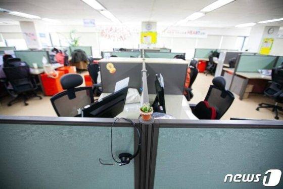 SK텔레콤이 최근 서울 구로구 콜센터 직원들이 신종 코로나바이러스 감염증(코로나19)에 집단감염되는 등 콜센터 감염위험이 크게 부각되자 지난 12일 희망자를 대상으로 재택근무를 시행했다./사진=뉴스1