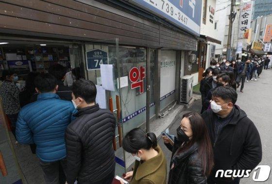 (서울=뉴스1) 신웅수 기자 = 공적마스크 5부제가 시행된 9일 오전 서울 종로구 직장 밀집 구역에 위치한 약국에서 시민들이 마스크를 구매하기 위해 줄을 서 있다. 마스크 5부제에 따라 출생연도 끝자리가 1·6이면 월요일, 2·7 화요일, 3·8 수요일, 4·9 목요일, 5·0은 금요일에 살 수 있으며 평일에 구매하지 못했다면 주말 중 하루를 골라 살 수 있다. 2020.3.9/뉴스1