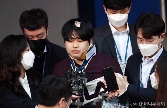 텔레그램에 '박사방'을 열고 미성년자를 포함한 여성들을 대상으로 성착취 범죄를 저지른 '박사' 조주빈이 25일 오전 서울 종로구 종로경찰서에서 검찰로 송치되고있다. / 사진=김창현 기자 chmt@