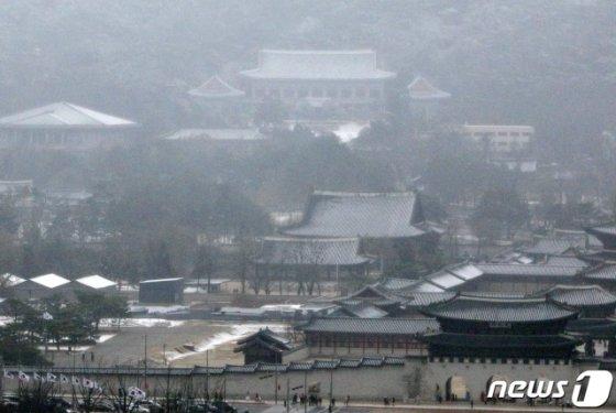 (서울=뉴스1) 안은나 기자 = 눈이 내리는 16일 서울 종로구 청와대에 눈이 쌓여 있다. 2020.2.16/뉴스1