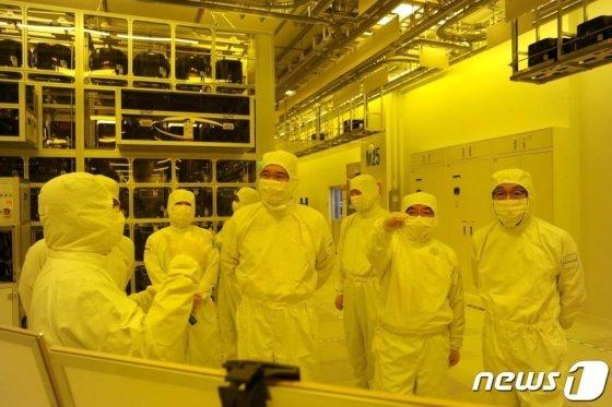 이재용 삼성전자 부회장이 지난해 8월6일 삼성전자 천안사업장을 방문, 반도체 패키징 라인을 둘러보고 있다. /사진제공=삼성전자