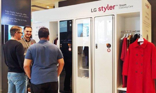LG전자가 프리미엄 백화점을 운영하는 '존 루이스'의 영국 런던 소재 본사 1층에 LG 스타일러 체험존을 운영하고 있다. 현지 고객들이 LG 스타일러를 살펴보고 있다. /사진제공=LG전자