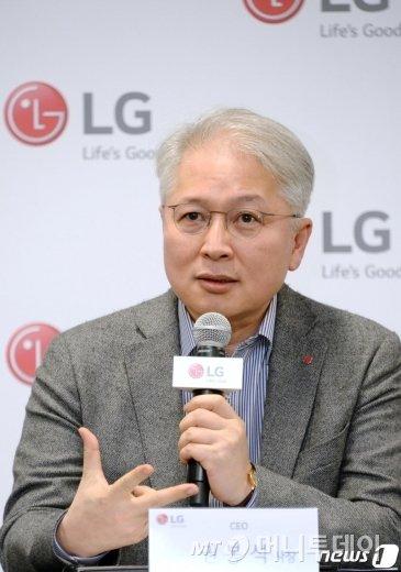 LG전자 CEO 권봉석 사장이 지난 1월8일(현지시간) 미국 라스베이거스에서 열린 기자간담회에서 올해 LG전자의 전략 방향을 소개하고 있다. /사진제공=LG전자
