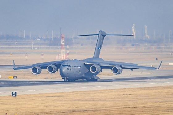 25일 인천공항에 내린 나토소속 C17 수송기. 루마니아로 방호복을 수송하기위해 왔다. /사진=독자 서성진씨 제공