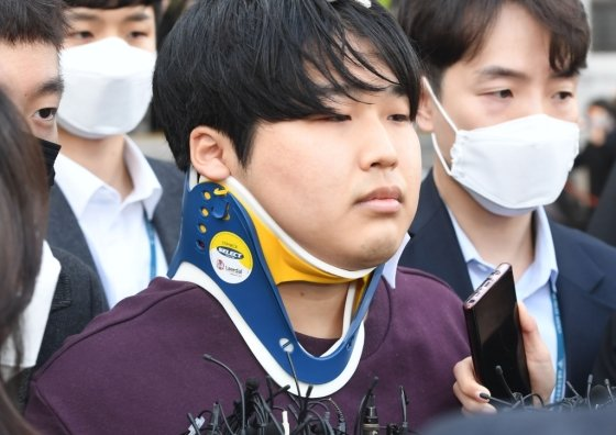 메신저 텔레그램에 '박사방'을 운영마며 미성년자를 포함한 여성들의 성 착취뭉 제작, 유포한 혐의를 받는 조주빈 씨가 25일 서울 종로구 종로경찰서에서 검찰로 송치되고 있다./사진=뉴시스