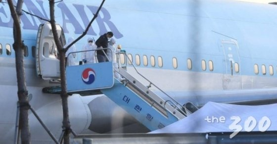 31일 서울 강서구 김포국제공항에서 중국 우한 거주 한국 교민 수송에 투입된 전세기가 도착한 가운데 교민들이 버스에 탑승하기 위해 비행기에서 내리고 있다./사진=이기범 기자