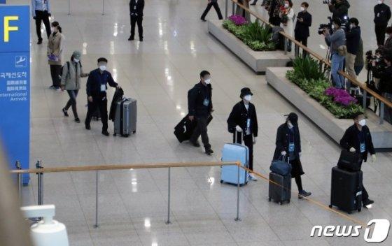(인천공항=뉴스1) 황기선 기자 = 신종 코로나바이러스 감염증(코로나19)이 확산 중인 이란에 체류 중인 교민들이 19일 인천국제공항을 통해 귀국하고 있다.   외교부는 탑승객 중 한국 국적은 74명, 외국 국적의 재외동포 및 가족이 6명이라고 밝혔다. 2020.3.19/뉴스1