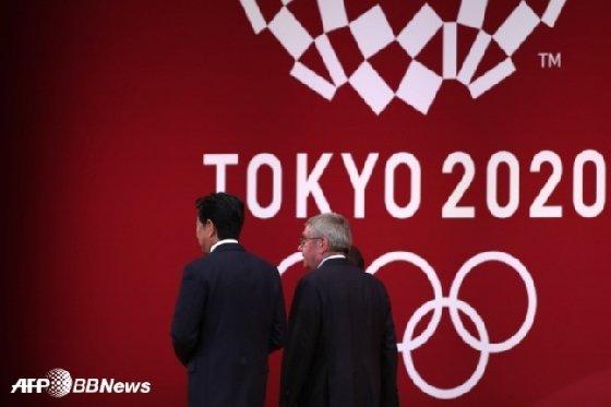 아베 신조 일본 총리(왼쪽)와 토마스 바흐 IOC 위원장. /AFPBBNews=뉴스1