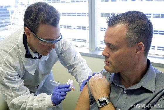 미 국립보건원은 코로나19 백신 후보약품을 45명에게 시험 투여했다고 밝혔다. 약 6주에 걸쳐 진행될 예정이다. 전문가들은 일반인 접종까지 1년 이상의 시간이 걸릴것이라고 전망했다. / 사진=ap뉴시스