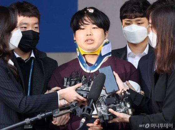 텔레그램 성착취 대화방 운영자 조주빈이 25일 오전 서울 종로경찰서에서 검찰로 송치되고 있다. 200325 / 사진=김창현 기자 chmt@
