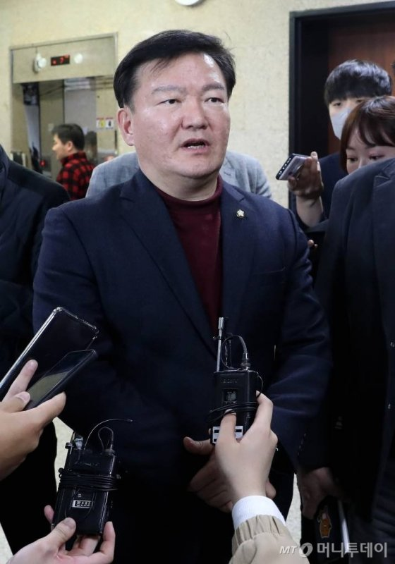 미래통합당 민경욱 의원이 24일 오후 서울 여의도 국회에서 열린 제21대 총선 인천 연수을 경선에서 공천 확정을 받은 뒤 취재진 질문에 답하고 있다. / 사진=홍봉진 기자 honggga@