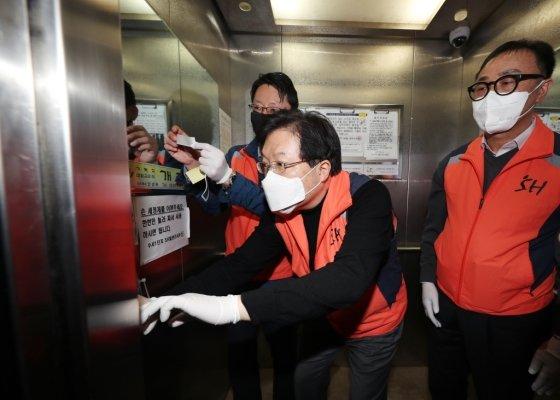 김세용 서울주택도시공사 사장(가운데)이 직원들과 함께 지난 25일 한 임대아파트를 방문해 승강기에 항균필름을 부착하고 있는 모습/사진=SH공사